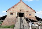 - Kemence bejárata: ezen a sínpályán csörlővel húzzuk fel az égetéshez szükséges szénport.